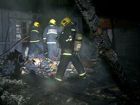 Criança de 5 anos morre em incendio em Passo Fundo, RS - A casa onde ela morava com a familia foi destruida pelo fogo