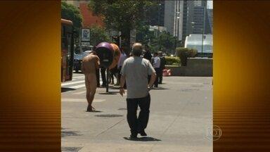 Homem sem roupa é flagrado em plena Avenida Paulista - O homem nu andou por uns dez minutos e até falou ao celular. Ele nem se importou com as pessoas fotografando e filmando.