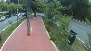 Falta de sinalização dificulta compartilhamento de ciclovia na Zona Oeste da capital - A ciclovia em Perdizes é liberada para o uso tanto de pedestres como de bicicletas. Mas, em alguns trechos não há placas indicando de quem é a preferência. Essa falta de sinalização confunde os usuários.