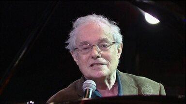 Francis Hime abre o programa do Jô - Ao som do piano, o músico é acompanhado por uma harpista