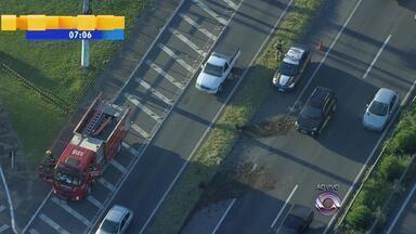 Trânsito: rolo de arame farpado cai de caminhão e causa congestionamento na BR-116 - Confira as movimentações do trânsito na manhã de terça-feira (18).