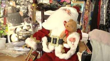 Comércio já expõem nas vitrines as novidades em artigos natalinos - O natal está chegando e como essa é uma das datas mais rentáveis para os lojistas, o comércio já expõem nas vitrines as novidades em artigos natalinos. Tudo para atrair os olhares de quem quer um natal cheio de cores e magia.