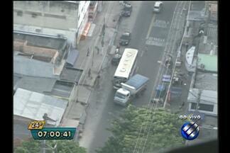Ônibus e caminhão colidem em avenida no bairro do Guamá, em Belém - Trânsito está complicado no local na manhã desta terça-feira (18).
