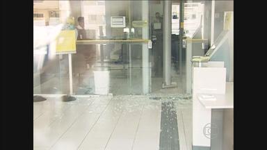 Agência bancária é invadida por assaltantes em São Joaquim do Monte - Ação aconteceu em menos de três minutos e clientes estavam dentro do prédio.