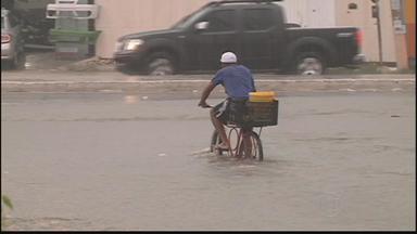Avenidas de Petrolina voltam a ficar alagadas devido às chuvas - No centro da cidade, o muro de um estacionamento caiu.