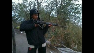 Bope faz operação no Morro do Juramento, no Rio - Bope faz operação no Morro do Juramento, no subúrbio do Rio. Os agentes estão em uma área de mata. Um suspeito de tráfico de drogas foi preso em um acampamento em um matagal.