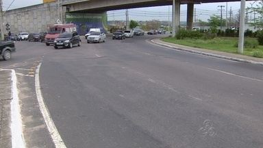 Asfalto irregular deixa trânsito lento em ruas da Zona Leste de Manaus - Engarrafamento já tem reflexos na rotatória do Coroado. Obras de recuperação da via está prevista para o primeiro semestre de 2015.