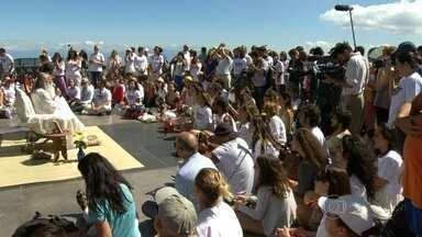 Evento no Rio incentiva a meditação - O Awaken Love Festival, que começou na manhã desta terça-feira (18) no Corcovado, incentiva as pessoas a meditarem pelo menos um minuto por dia. A programação conta com várias atividades até o domingo (23).