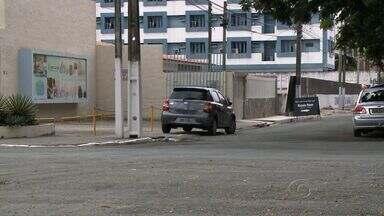 SMTT realiza campanha para conscientizar motoristas sobre irregularidades no trânsito - Agentes da SMTT percorreram a antiga Avenida Amélia Rosa e distribuíram panfletos educativos. Após a campanha, os motoristas que estacionarem em local proibido será autuado.