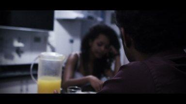 """Jovens de Paraisópolis viram cineastas para contar histórias da comunidade - O pessoal da comunidade de Paraisópolis, na Zona Sul, gravou o curta 'Comigo não morreu'. O filme conta a história de uma jovem perseguida que procura ajuda de um investigador antes de ser morta por um """"serial killer'. Jovens e adolescentes da capital participaram de oficinas e produziram curtas-metragens que estão sendo exibidos no Segundo Festival Internacional de Cinema Educa Claquete Ação."""