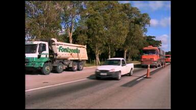 Caminhões que trafegavam com carga em excesso são liberados - A multa chegou a R$ 32 mil.