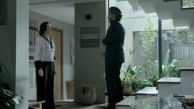 José Alfredo avisa Maria Marta que já encerrou sua conversa com Maurílio - Ela decide levar o café no quarto para o amante