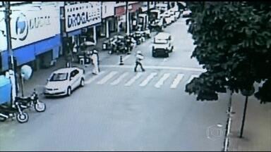 Cresce o número de atropelamentos em Goiás - O número de atropelamentos cresce a cada dia no estado. Câmeras de segurança registram os flagrantes de imprudência e desrespeito dos motoristas. Pedestres devem ficar atentos.