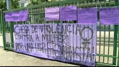 Alunos protestam contra casos de violência na faculdade de medicina da USP - Os estudantes organizaram a manifestação para protestar contra os casos de violência sexual e discriminação dentro da universidade. Os alunos reuniram-se com faixas e cartazes em frente ao campus próximo ao Hospital das Clínicas, na Zona Oeste da capital.
