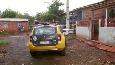 Adolescente morre e outro fica ferido em tiroteio no bairro Portal da Foz - O adolescente de 16 anos continua internado no Hospital Municipal.