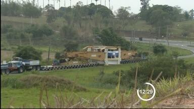 Carreta de nove metros interdita acesso à rodovia Floriano Rodrigues - Veículo quebrou nesta terça-feira (25) e deve ser removido durante a noite. Carreta faz transporte de turbina para usina de Belo Monte no Pará (PA).