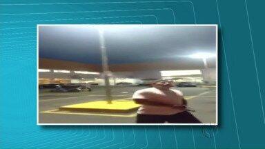 Vídeo de militar armado em estacionamento de mercado causa polêmica em Ponta Grossa - Nas imagens o capitão da PM aparece discutindo com outras pessoas. Ele afirma que os homens teriam mexido com a mulher dele e que um estaria armado.