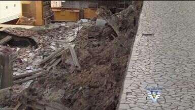 Famílias que estavam desalojadas com queda do muro, já podem retornar para suas casas - Elas moram num terreno ao lado, onde é realizada a obra, no canal 5, em Santos
