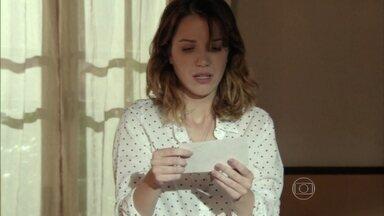 Reveja! Laura encontra foto antiga emAlto Astral - Personagem desconfiade quem possa ser a sua mãe
