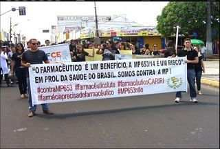 Farmacêuticos realizam protesto contra medida provisória, em Juazeiro do Norte - Profissionais lutam por mais reconhecimento.