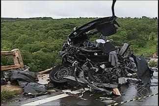 Carro e carreta ficam destruídos após colisão em MG e motoristas morrem - Acidente aconteceu na BR-365 entre Indianópolis e Patrocínio. Trecho ficou interditado em meia pista e chovia no local.