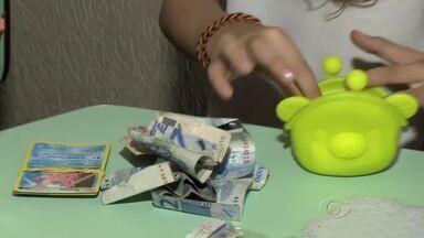 Veja como ensinar seu filho a fazer um bom uso do dinheiro - Algumas escolas ajudam aos pais a mostrar para as crianças como administrar bem a mesada.