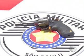 Polícia apreende produtos sem notas fiscais, arma e droga em Itaquaquecetuba - Um homem foi preso e dois menores foram apreendidos.