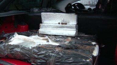 Polícia apreende mais de duzentos quilos de maconha - A droga estava em um carro estacionado na garagem de um condomínio.