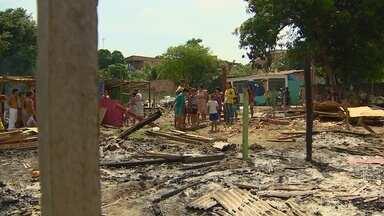 Após reintegração de posse, famílias voltam a ocupar área em Manaus - Barracas foram montadas no local; moradores pedem auxílio.