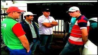 Produtores de leite manisfestam em frente a uma empresa de Tapejara, RS - O pagamento está atrasado desde setembro.