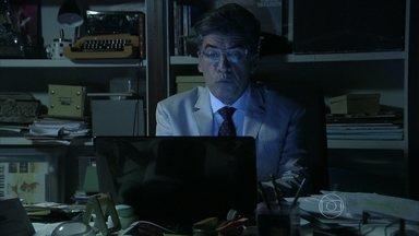 Téo termina de escrever a primeira matéria sobre José Alfredo - Ele fica empolgado com a reportagem