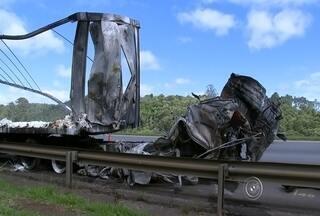 Acidente entre carretas interdita a rodovia Castello Branco - undefined