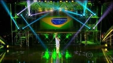 Emílio Dantas faz linda performance no Programa do Jô - Interpretando Cazuza, o ator canta um dos sucessos do cantor
