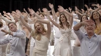 Veja os bastidores da mensagem de fim de ano da TV Globo para 2015 - Jovens talentos do Brasil inteiro foram escolhidos para cantar, dançae e tocar a nova versão da mensagem de fim de ano da Globo. Mais de 200 atores, apresentadores e jornalistas também participaram da campanha.