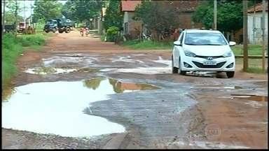 Buracos se multiplicam nas ruas e estradas de várias cidades brasileiras - Com a chuva em Goiânia, os buracos se espalham pelas ruas. Em Araguaína, o asfalto deu lugar para uma enorme poça de água. Na capital federal, os buracos se transformaram em armadilhas.