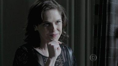 Cora implica com Maria Clara - Ela encontra a moça na Império e a provoca