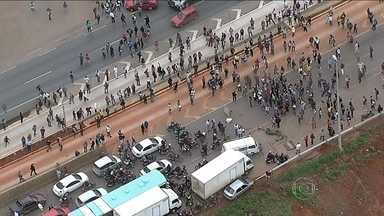 Manifestantes protestam contra as más condições do transporte público no DF - Manifestantes bloquearam a BR-040 para chamar a atenção para a qualidade dos serviços públicos no Distrito Federal. Um enorme engarrafamento se formou no local.
