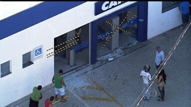Assaltantes explodem caixa eletrônico na região metropolitana de São Paulo - Agentes do Gate isolaram a área e a rua da agência bancária ficou interditada. Parte dos explosivos não foi detonado durante a ação dos bandidos. O material foi retirado e levado para um campo de futebol onde foi eliminado com segurança.