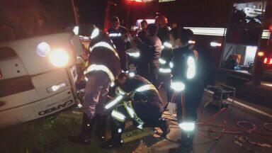 Motorista perde controle da direção e tomba caminhão na rodovia SP-267 - Motorista perde controle da direção e tomba caminhão na rodovia SP-267