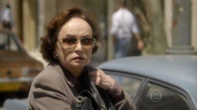 Reveja cena de Odete sendo atropelada em Boogie Oogie - Personagem sofre acidente após receber diamantes de Carlota