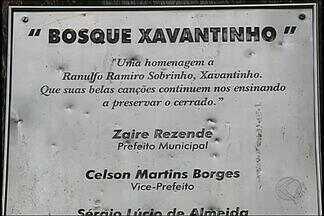 Situação de bosque gera revolta de moradores em distrito de Uberlândia - Bosque Xavantinho em Cruzeiro dos Peixotos não pode ser usado. Com o mato alto, animais peçonhentos estão aparecendo nas casas.