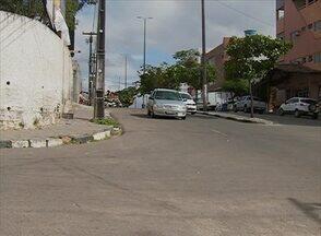 Acidentes preocupam quem passa pela Avenida Cícero Dutra, em Caruaru - Pedestres pedem sinalização adequada para o local.