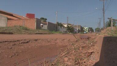 Moradores de Cacoal reclamam de buraco que tem causado prejuízos - Problema fica em uma das principais avenidas do município.