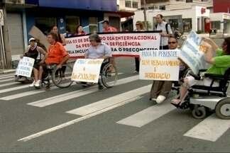 Manifesto pede melhoria na acessibilidade em Joinville - Integrantes do Conselho de pessoas com deficiência pediram melhorias nos passeios públicos e nas calçadas de Joinvile.