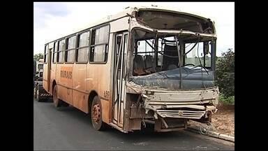 Perícia investiga acidente envolvendo ônibus desgovernado em Guapiaçu - Perícia e polícia começaram as investigações do acidente envolvendo um ônibus desgovernado que destruiu quatro casas em Guapiaçu. Ninguém ficou ferido o que fica difícil de entender para quem vê a dimensão dos estragos.