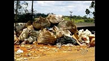 Prefeitura de Assis pode ser multada por descarte irregular de lixo domiciliar - A prefeitura de Assis poderá ser multada pela Cetesb, por jogar o lixo que produzido na cidade, em um local inadequado. O contrato com a empresa que recolhia o lixo e levava até um aterro sanitário em Quatá, venceu e não foi renovado.