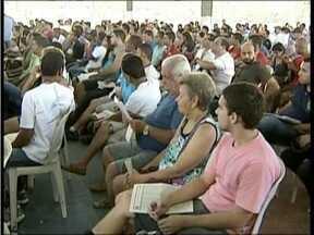 Centenas de pessoas comparecem ao leilão de veículos em Governador Valadares - Quem consegue arrematar um veículo está livre do IPVA atrasado.