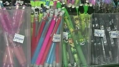 Pais aproveitam fim de ano para adiantar compra de materiais escolares, no Sul do ES - Eles estão comprando os produtos que fazem parte da lista antecipadamente para fugir do tumulto de início de ano.