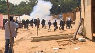 Em Manaus, grupo entra em confronto com PMs durante reintegração de posse - Área fica no bairro Santa Etelvina, na Zona Norte da capital. Polícia diz que ocupantes receberam polícia com coquetel molotov.