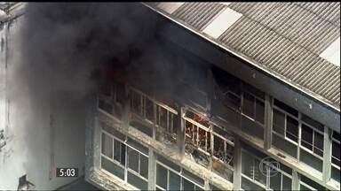 Mulher morre durante incêndio em São Paulo - O prédio da faculdade onde ela trabalhava pegou fogo. Mais de duzentos estudantes estariam no local.